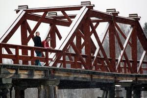 Producent Carina Möllerberg och fotografen Johan Lehman blickar över älven från Vikbron, där viktiga scener ska spelas in.