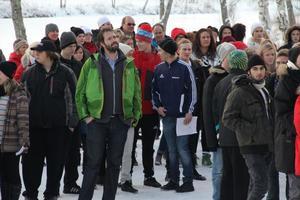 Många deltagare hade samlats nedanför gymnasiets balkong till invigning av Teknikcollege.