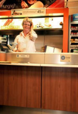 Marianne Drougge, butiksägare, är glad över alla nya kunder. När omledningen är klar ska hon räkna hur många fler besökare det blev totalt.