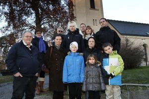 """Föräldrar på Kvisthamraskolan är upprörda. """"Barnen kom hem och var ledsna för att julfirandet inte ska vara i kyrkan, och för att de inte fick sjunga vissa julsånger"""", säger Susanne Palmér, näst längst till höger nere i bild."""