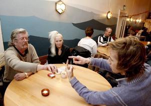 Stämningsfullt. Leif Lund lär ut ett trolleritricks för Jonn Gottfridsson och Tuula Salminen tittar på.