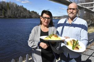 Precis vid vattnet, på strandkanten av Ångermanälven några mil uppströms från Sollefteå, ligger Myregården, Annette och Torbjörn Hanssons sommarrestaurang och café. Här kan du fika eller äta gott, som den här ugnsbakade fyllda laxfilén med sparris och pressad potatis.