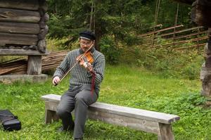 Johan Brännström underhöll genom att bland annat spela en egenkomponerad låt.