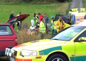 Två vuxna och ett mindre barn skadades i olyckan, som inträffade när en bilist bromsade in för att svänga vänster och föraren i bilen bakom inte uppmärksammade det i tid.