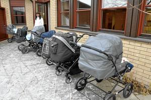 Tupplur. Pia-Marie Gustafsson ser till småttingarna som tar en middagslur utanför den nyöppnade förskolan Ängen. Bild: ÅSA ERIKSSON