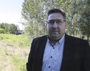 Marnässkolans rektor Mikael Johansson får vara med och greppa spaden när första spadtaget för skolbygget ska tas på tisdag.