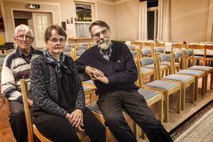 Stig Andersson, Eva Jernqvist och Bengt Hahne värnar om det lilla rödtimrade kapellet i den djupa finnmarksskogen.