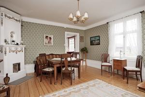 Salen har fått en tapet ur den gammelsvenska kollektionen. Alla möbler ställdes tillbaka på samma sätt som de stod när Rolf växte upp. De fyra kakelugnarna, som alla har blomsterdekor, är renoverade.