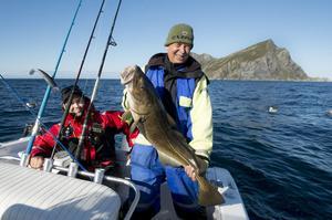 Jan-Arne visar nöjd upp en av många torskar som fångades under en vecka i Nord Norge.