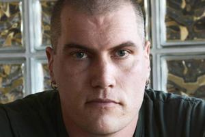 Tobias Bryntesson har ett mörkt förflutet med grov brottslighet.