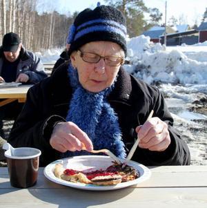Rut Nilsson lät sig väl smaka av förtäringen.