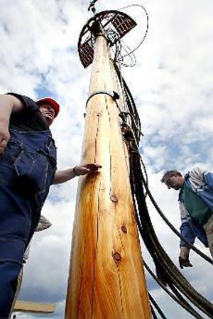 Foto: NICK BLACKMONPå plats. Skeppsbyggmästare Henri Ollikkala och riggare Jan Gyllenborg kontrollerar att masten kommer rätt.