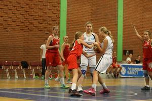 Kamp om bollen i andra halvlek. Isabelle Aronsson till höger och Agnes Hall i mitten.