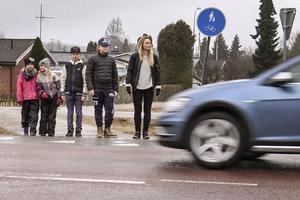 Teresa Grundin är rädd att det ska inträffa en olycka när skolbarn ska passera den tungt trafikerade vägen.