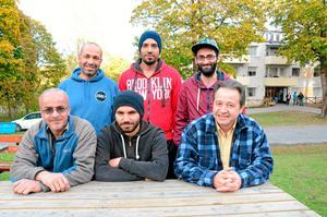 De går i täten för utbildning. Studiecirklar i svenska startas på asylboendet. Maher Hmeidan, Ahmed Abuzaid, Mosta Hamida, Raied Abu Alhasan, Ahmed Ahmed och Kinan Sahloul ingår i kärntruppen för studiecirklarna.