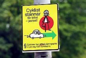 Den käcka skylten på cykelbanor litet varstans i Gävle hävdar felaktigt att cyklar alltid har väjningsplikt mot övriga fordon. En av cykelöverfarterna där bilister trots uppmaningsskylten ändå har väjningsplikt mot cyklister finns längs Muréngatan i korsningen med Brunnsgatan.