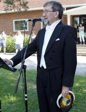 Kjell Sundström har hjälpt avgångseleverna med sina mössor i sju år.