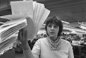 Birgitta Hansson, taleskvinna och frontfigur på Eiser, visar upp alla namnunderskrifter till stöd för ockupationen.