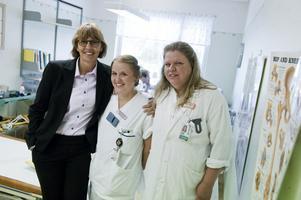 Landstingsdirektör Karin Stikå-Mjöberg, AT-läkare Essi Heinonen och handledaren Helena Laurell är glada över Moras och Dalarnas goda betyg i AT-rankingen.