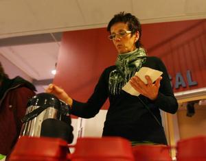 Agneta Sundberg tog en fika efter filmvisningen på Cfl. Ekologiska bakverk, givetvis.