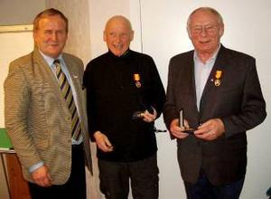 Gösta Sollén och Bengt Nyström fick sina förtjänsttecken i silver av Per Söderberg.