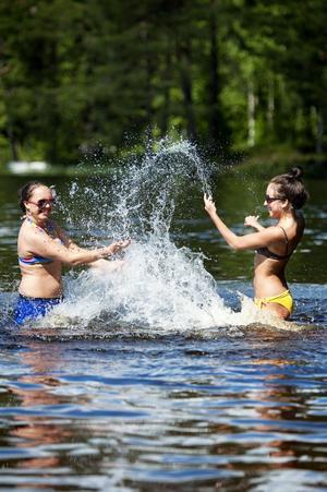 1. Först var det lite kallt, men efter en stund gick det bättre för tjejkompisarna Jenny Stefansson,16 och Malin Hedqvist, 15. De tog mopeden till Bocksjön för att bada.