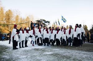 Cantitokören värmde i kylan med traditionella julsånger.