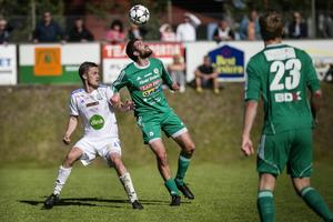 Pontus Olsson i kamp om bollen.