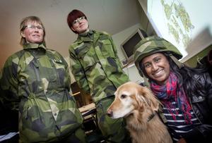 Maggan Fredholm och Maria Andersson informerade om patrullhundsutbildningen. Camilla Gradin var en av de intresserade som kom. Hunden Doris blir snart pensionerad.