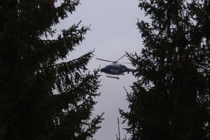 Helikoptern hovrar i luften efter en skymt av Tova Morberg.