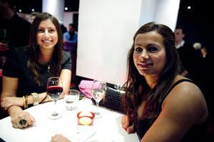 Uppvärmning. Systrarna Maggie och Theresa Amin från Stockholm och Örebro börjar kvällen på Stora Örebro. Sedan blir det Ritz, berättar Theresa Amin.