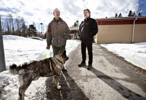 Nedläggningen av sägen innebär att även P-O Gustafsson förlorar jobbet var ett givet samtalsämne när han mötte Inge Hanell med hunden Quintus utanför Konsum.