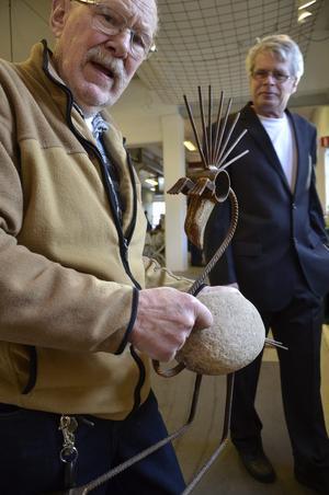 Fastnade för fågeln. Frank Haglund fastnade för flamingon som Bo Norrby gjort, slog till och köpte med den hem till Gusselby.