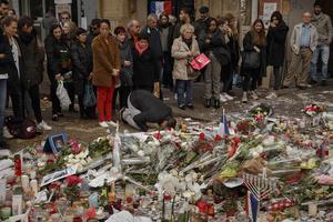 En muslimsk man ber i närheten av Bataclan där över 80 människor dödades under terrorattacken i fredags.