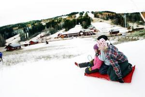 Vintern har kommit tidigt till Kungsberget. Snökanonerna har gått till och från under de senaste kalla dygnen. Emelie Sundberg, Elin Svärd och Linnea Svärd åkte i går pulka på konstsnön. 11 december är det meningen att det ska bli skidpremiär.