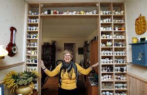 Birgitta Westlund hälsar glatt välkommen i en dörröppning fylld av äggkoppar.