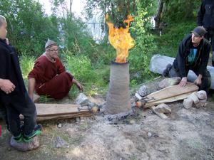 Sune och Charlie Bergman framställer järn på Stornäset i Ljugaren.