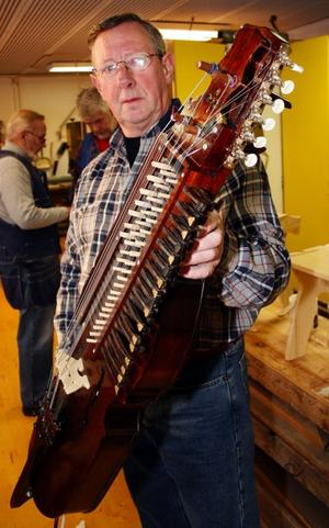 Det tog Sven-Erik Håkansson fyra månader att tillverka sin nyckelharpa.