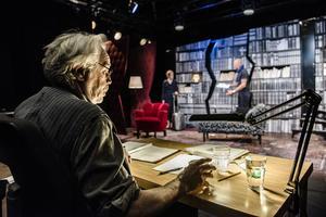 Olle Pettersson regisserar under repetitionerna till höstens uppsättning