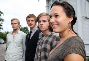 Dragspelssällskapet utanför Ljusne kyrka. Kvartetten består av Johan Jutterström från Söderhamn, Wille Broman, Alexander Zethson och Linda Olah.