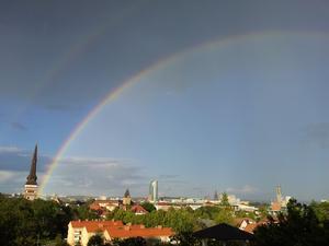Spelade minigolf när när regnbågen uppenbarade sig och såg ut att binda Västerås Domkyrka till himlen på ett visuell väldigt vackert sätt!