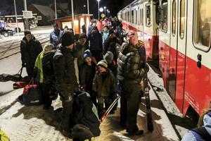 I väntan på tåg. Några av passagerarna som väntar på tåget i Röjan.