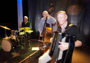 Bennys kvartett svarade för kvällens musik och bestod av fr v Kjell Hägglund, trummor, Leif Söderlund, bas, och Benny Johansson, dragspel. Med på bilden kom inte Runo Arnberg vilken är orkesterns gitarrist.