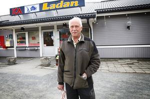 Ulf Larsson bor i Kaxås och han är enbart positiv till stugorna som byggs.