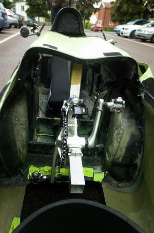 Cykelbilen styrs med två handtag och pedalavståndet kan justeras efter kroppslängd. Längs fram finns ett mindre bagageutrymme och svängradien ligger på åtta meter. Foto:Johan Larsson