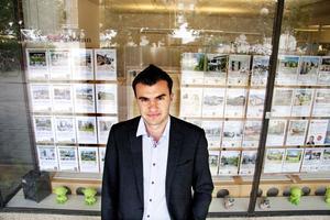 I köpartankar. Sebastian Benits bor tillfälligt hemma hos föräldrarna i Surahammar. Eftersom han har fast arbete räknar han med att kunna köpa en lägenhet i Västerås så fort han har sparat ihop cirka 50 000 kronor till kontantinsatsen.