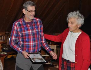 Ingemar Mäkitalo fick under måndagen motta utmärkelsen Silverkvisten. Nålen och diplomet överlämnades av Clara Hellström, skogsbrukschef Stora Enso skog.