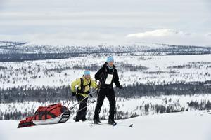 Mimmi Persson och Ida Nordin ger sig iväg för att klara Vita bandet 2015.