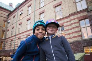 Endale Sundström och Aron Blad i klass 3 c gillade festlunchen som eleverna bjöds på – inte minst efterrätten.