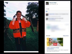 SD-politikern håller två pistoler riktade mot sitt eget huvud på en av bilderna.